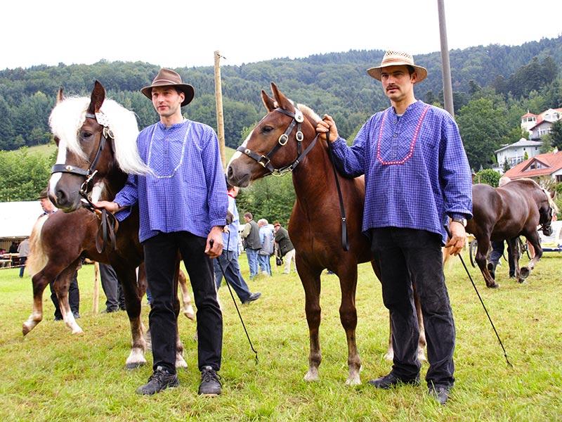 Bauer Dieter Bühler (links) auf der Fohlenschau